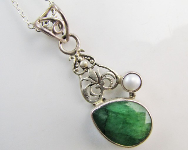 39 Cts  Emerald & pearl  set in silver Pendant  MJA 1223