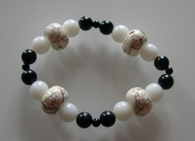 VERY NICE NATURAL HORN, JADE and ONYX bracelet