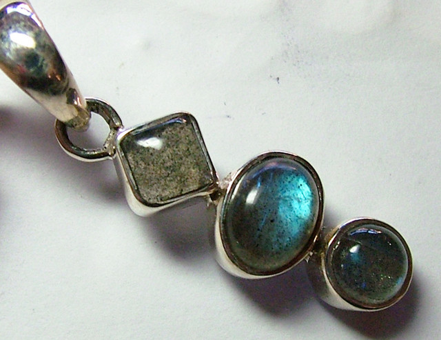 LABRADORITE CABACHONS SILVER PENDANT -  28CTS  ADK-256
