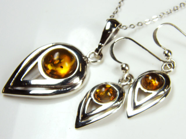 BALTIC AMBER SILVER PENDANT AND EARRING  TCW 41.75  MYG254