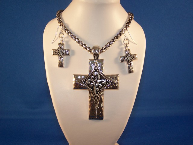LOVELY  CROSS NECKLACE & EARRING SET SILVER TONE