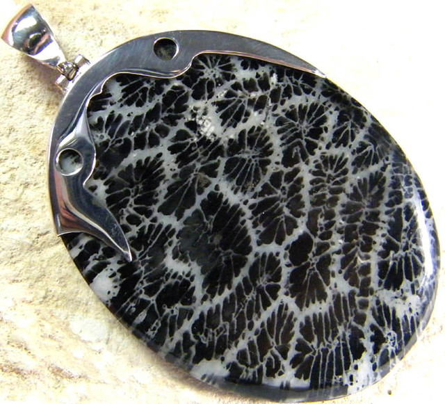 LARGE CORAL FOSSIL PENDANT -TOP PATTERN 54.65 CTS [SJ229]