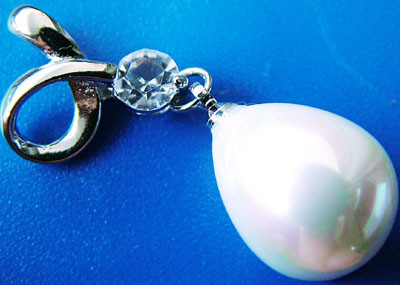 WHITE PEARL PENDANT  15 X 12MM  35CTS [PF718]