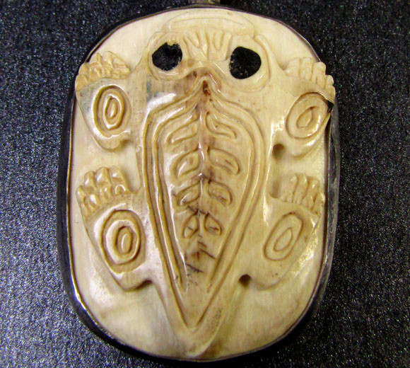 FROG CARVING  MAMMOTH IN SILVER PENDANT 56  CTS   RT 538
