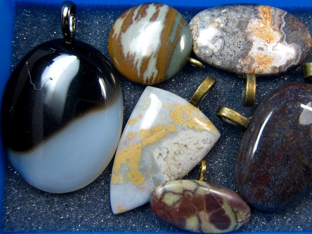 8 MIXED GEMSTONE PENDANTS-RE SELLERS PARCEL   MYGM 509