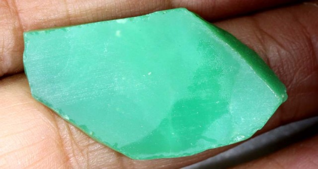 33 CTS GREEN CHRYSOPRASE GEM ROUGH  RG-2012