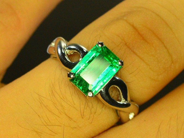 14k white Gold Ring With Natural Stunning Emerald Stone