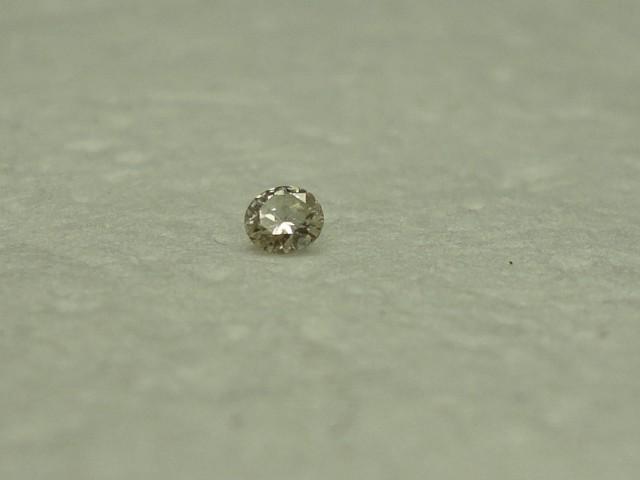 0.04 ct very light champagne diamond J SI2