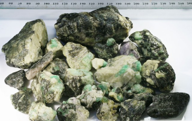 714g Australian Curlew Mine Emerald rough Specimens PPP 41