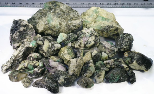 688g Australian Curlew Mine Emerald rough Specimens PPP 45