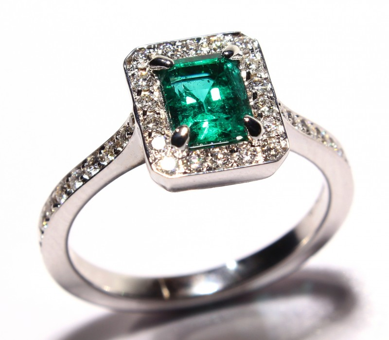 Gr 4.60   18 k White Gold with Emerald and Diamonds     FB21