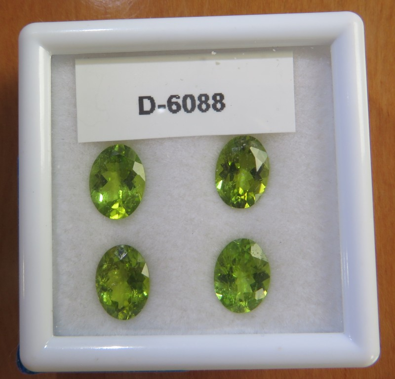 6.26 carats - Certified  4 matching Peridots - Great luster
