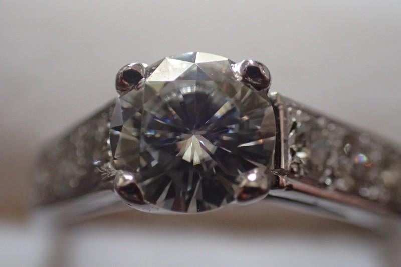 Bague or gris 18ct avec 1.48ct de diamants E/VS1 certifié IGI