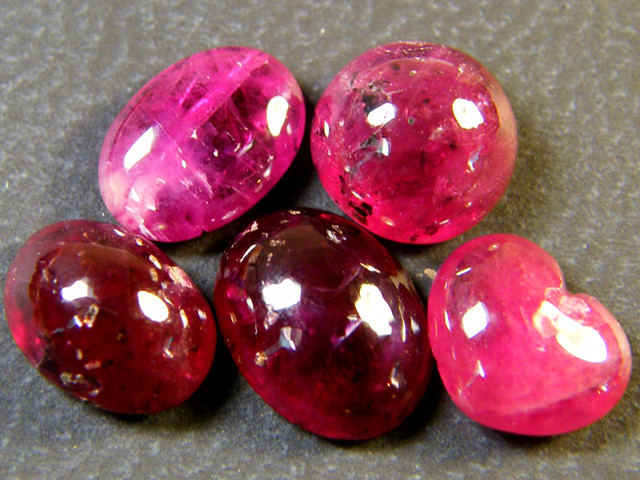 PARCEL BLOOD RED RUBIES LARGE CABOCHON 10 CTS RM 444