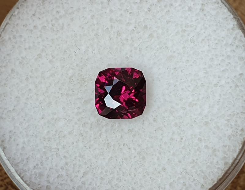 1,78ct Purple garnet - Master cut!