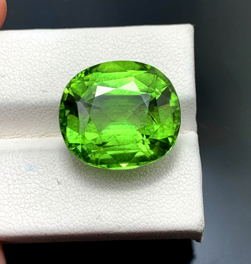 22.45 Carats Natural Peridot Gemstone From Pakistan