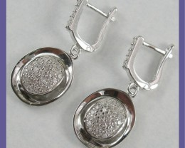 Photo to show that they are leverback earrings.