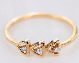 GRACEFUL DIAMONDS IN 18K GOLD RING SIZE 7