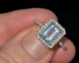 Stunning 14 carat white gold aquamarine and diamond ring