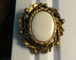 VINTAGE VICTORIAN CAMEO STYLE PIN WITH WHITE PORCELAIN