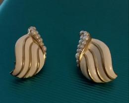 VINTAGE CROWN TRIFARI GOLD & WHITE ENAMEL & PEARL DESIGN