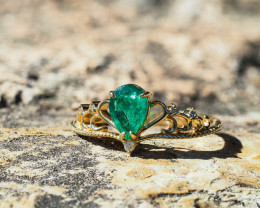 Natural emerald and diamonds gold ring.