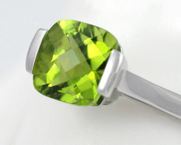 Stylish Modern 18 K White Gold Peridot Ring size 6.5 R2626C