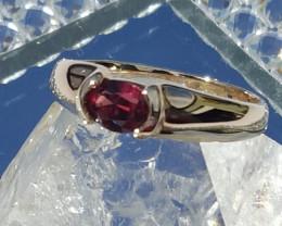 natural rhod.garnet 9ct Yg ring