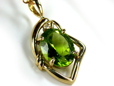HIGH GRADE VVS  PERIDOT WITH DIAMOND SET 18 K GOLD EM333