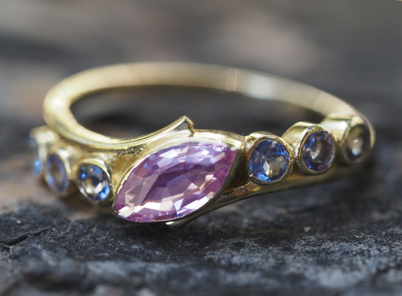 Gold ring with sapphire and tanzanites.