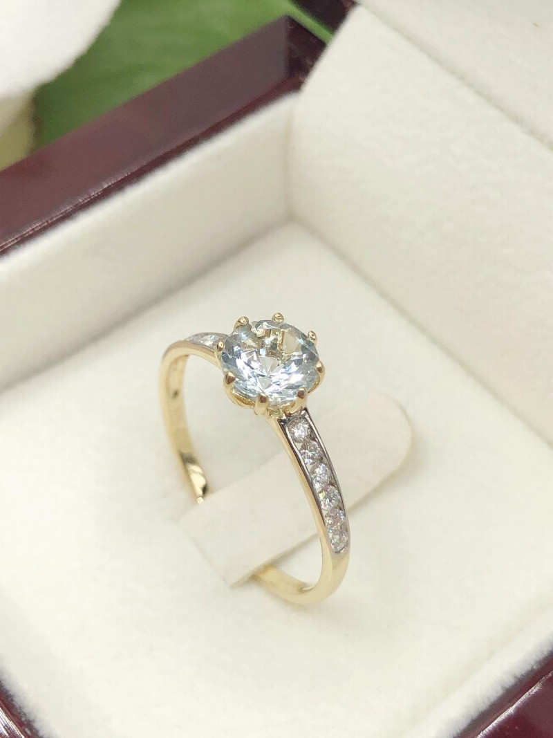 Solitaire Aquamarine 9K Yellow gold Ring, Set with diamond to shoulders