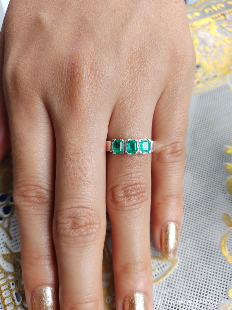 Beautiful Colombian Chivor Emerald sterling silver ring