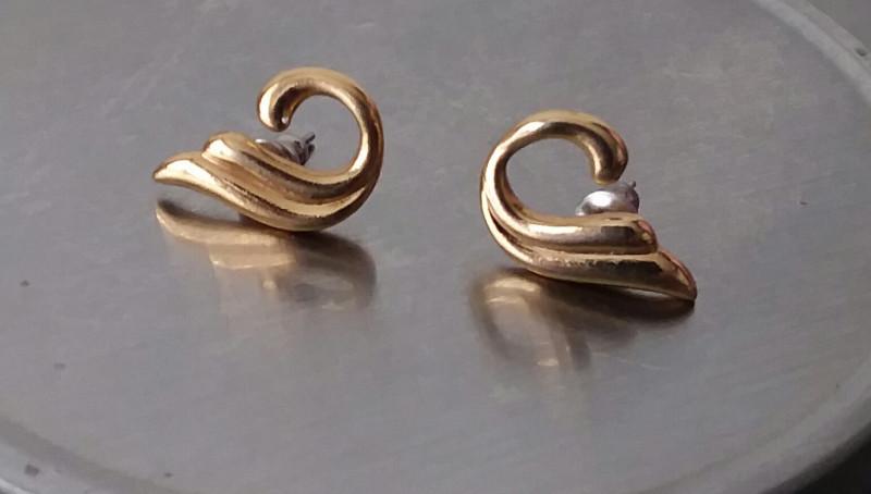 VINTAGE GOLD POST AVON EARRINGS LOVLEY CIRCLE DESIGN