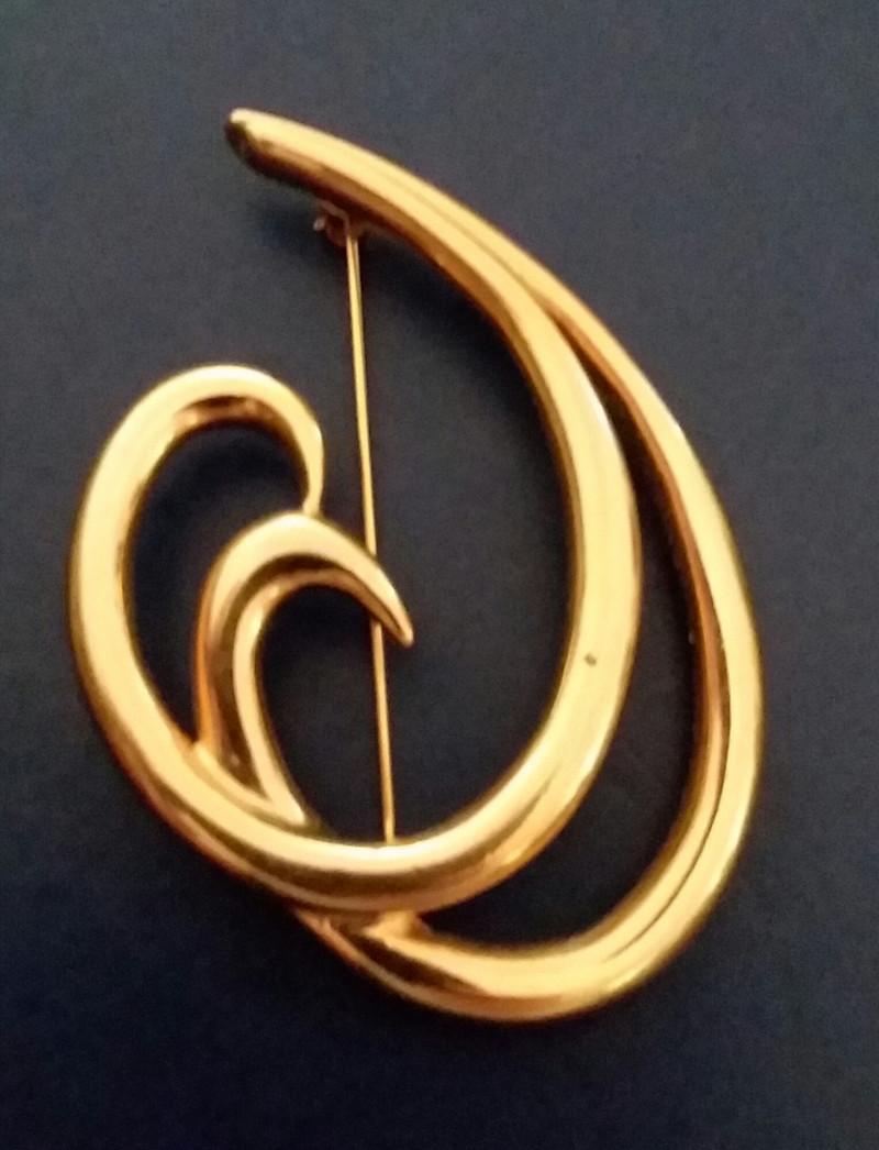 VINTAGE TRIFARI TM GOLD DOUBLE SWIRL BROOCH / PIN - BEAUTIFUL PIN!!