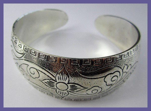 VERY FASHIONABLE ENGRAVED SILVERPLATED CUFF BANGLE-GORGEOUS