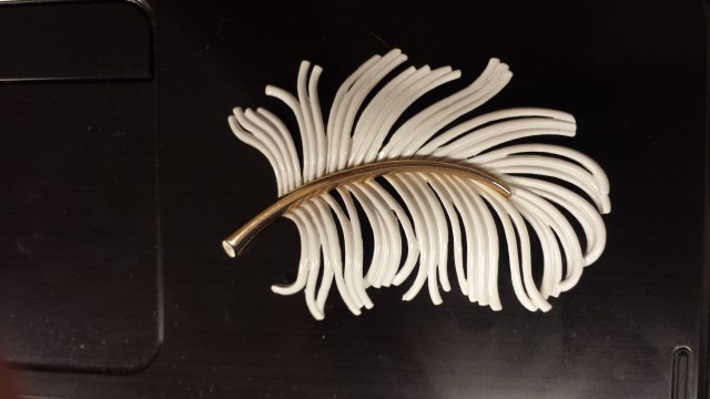 VNTAGE MONET ENAMEL FEATHER PIN / BROOCH 1940'S