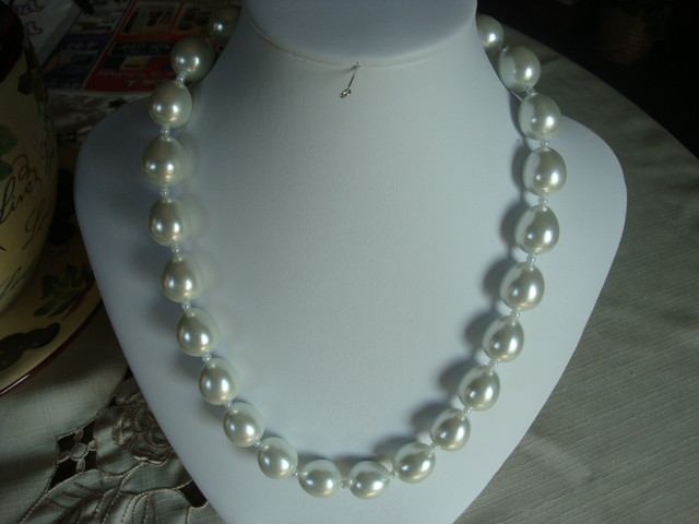BEAUTIFUL LARGE GLASS WHITE PEARL NECKLACE