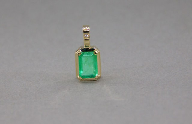 Gold pendant with emerald 1.03 ct. and diamond