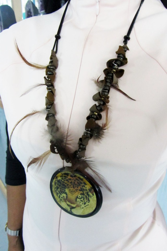 TIGER FEATHER FEATHER STYLE NECKLACE QT179