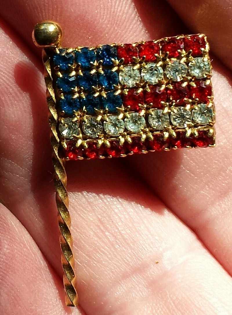 1960'S AMERICAN FLAG PIN