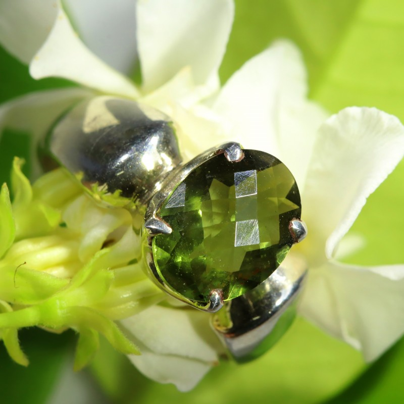 STYLISH FACETED PERIDOT   RING SIZE 7.5 SOJ  6487