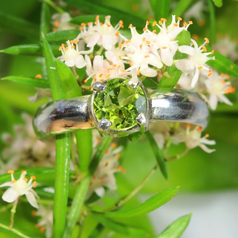 Cute Stylish Peridot  silver ring size 7.5  SOJ 650