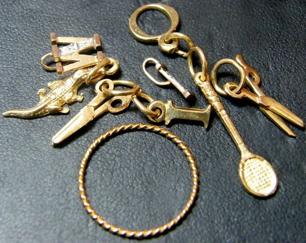 Gold  jewellery 9 k charms 9 pieces  4.3 grams TB 17