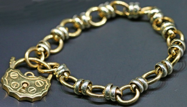 20.4 GRAMS 9K GOLD BRACELET PADLOCK DESIGN L424