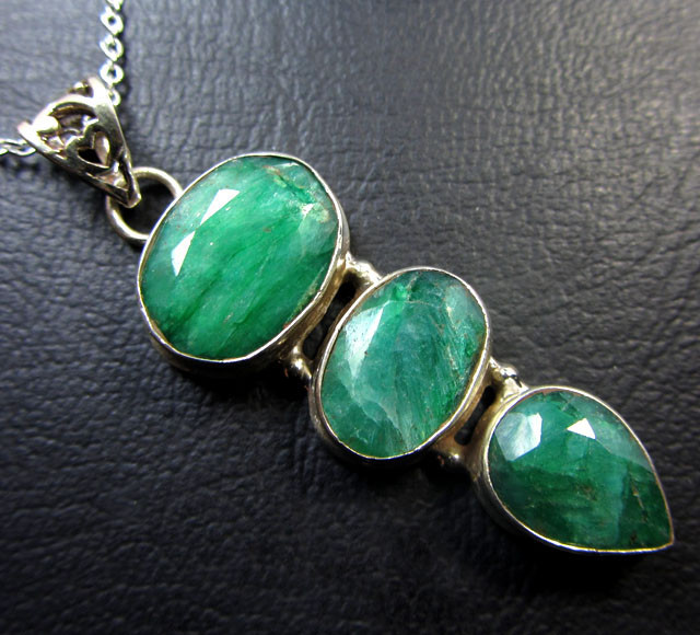 CLUSTER MOZAMBIQUE LARGE EMERALD SILVER PENDANT GG797