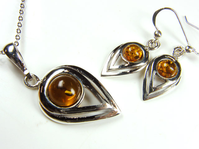 BALTIC AMBER SILVER PENDANT AND EARRING TCW 40.75 MYG255