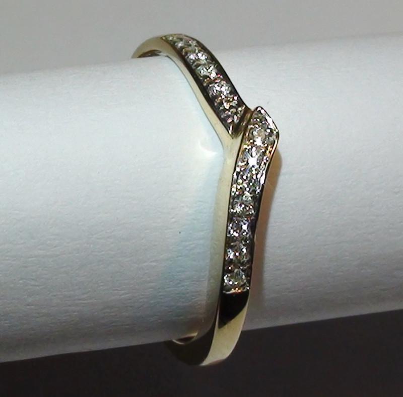 Modern 14 k Solid Yellow Gold Genuine Diamond Ring