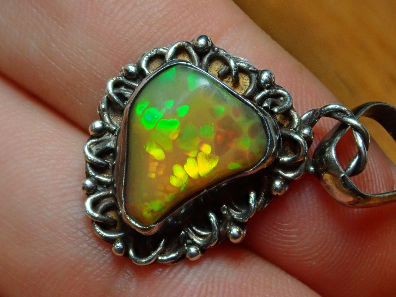 15ct. BRILLIANT WELO OPAL STERLING PENDANT