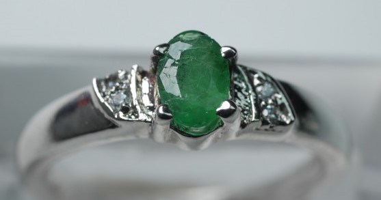 NATURAL  EMERALD  ROUND SHAPE 92.5 STERLING RING ( 8.25 US ) Z34