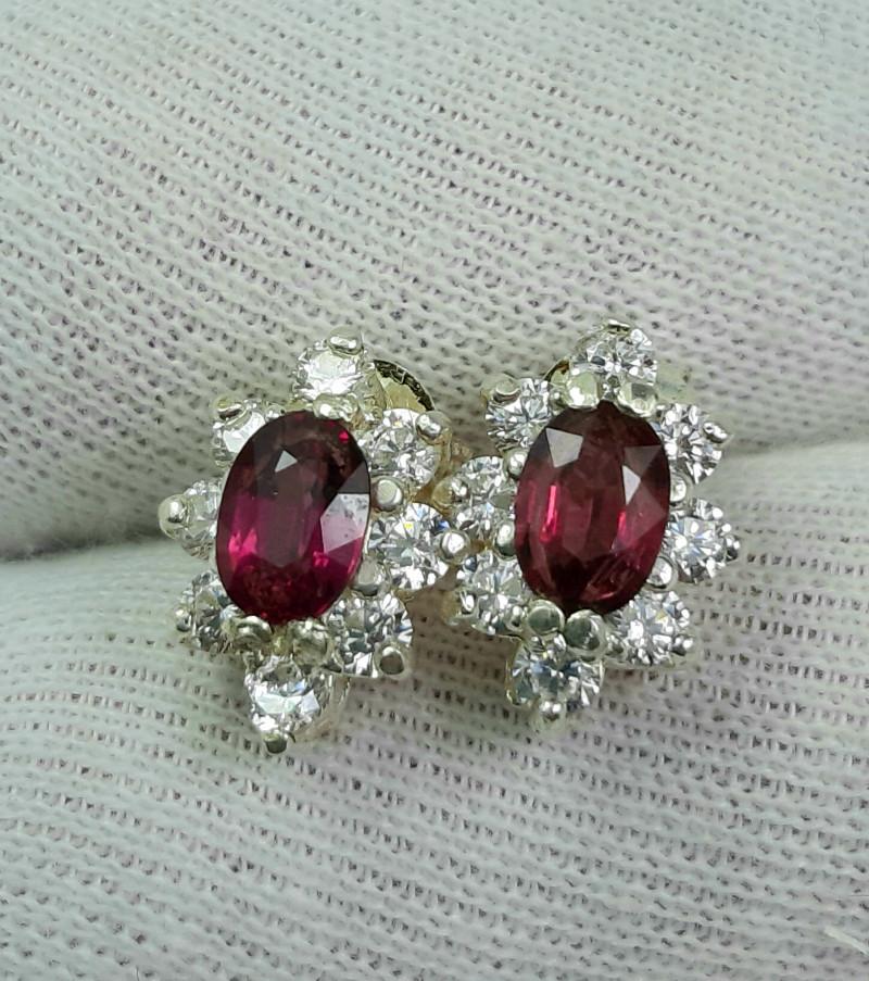 20 carats Rhodolite Garnet with cz 925 silver earrings. 7x5x3mm.